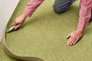 Den Rand mit einem Teppichmesser passgenau zuschneiden.