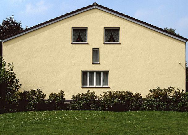 haus putz farbe rotes haus in norwegen leon lizenzfrei royalty free putz im bad fliesen. Black Bedroom Furniture Sets. Home Design Ideas