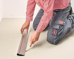 Den Arbeitsbereich auf etwa 2–3 Belagsbreiten begrenzen. Durch eine gezogene Markierung kann ein sauberes Arbeiten gewährleistet werden.